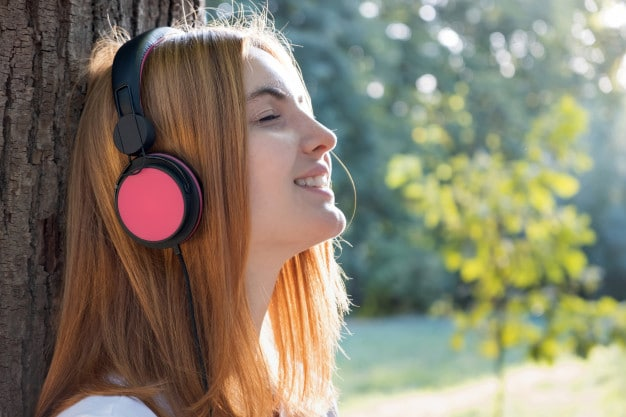 Накладные наушники на ушах