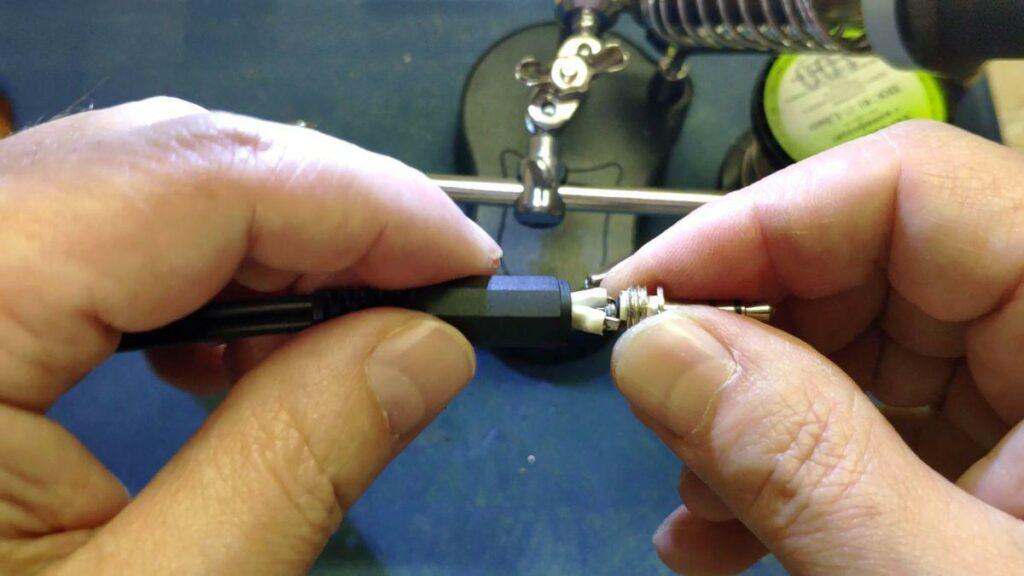 Припаять кабели к контактам штекера